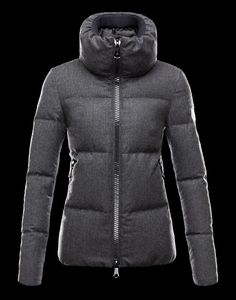 MONCLERCHERY  EUR 810,00  Coat made of a mixture of materials: flannel, nylon and wool. Rain System treatment guarantees rain-resistant performance.