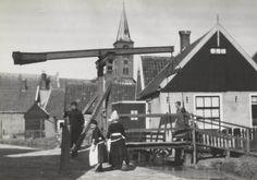 Man en meisjes in streekdracht Volendam,  De meisjes zijn gekleed in daagse dracht. 1926 #NoordHolland #Volendam