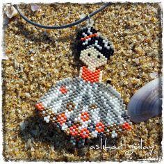 #motifunegrenouillerouge Seed Bead Crafts, Seed Bead Jewelry, Beading Projects, Beading Tutorials, Peyote Patterns, Beading Patterns, Beaded Banners, Peyote Beading, Beaded Animals