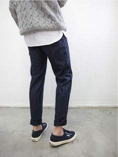 slim fit pants, sneakers and sweater over buttoned shirt, casual winter style Tomboy Fashion, Look Fashion, Mens Fashion, Looks Style, Style Me, Stil Inspiration, Mode Man, Pinstripe Pants, Mode Outfits