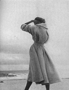 Frostman for Harper's Bazaar 1950 Louise Dahl Wolfe////// Ohhh.another speechless moment.what a great photo of a long coat in lovely wind motion. Vintage Glam, Vintage Ladies, Vintage Art, Richard Avedon, 20th Century Fashion, Vintage Fashion Photography, Female Photographers, Retro Aesthetic, Dahl