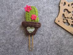 Bookmark with Cactus Paper Clip Planner accessories Clip - DIY House ideas - - Felt Crafts Diy, Felt Diy, Crafts To Do, Sewing Crafts, Sewing Projects, Cactus Keychain, Cactus Craft, Felt Bookmark, Diy Bookmarks