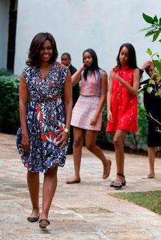 Aqui Michelle usa vestido Tory Burch florido em azul, vermelho e branco, toda sorridente!