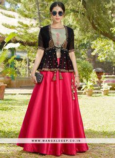 Lehenga Designs Latest, Lengha Blouse Designs, Choli Designs, Fancy Blouse Designs, Indian Bridal Outfits, Indian Designer Outfits, Lehnga Dress, Peplum Dress, Mode Bollywood