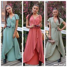 Deze prachtige maxi jurk van viscose  in groen is de musthave jurk van dit seizoen. Draag deze maxi jurk op een festival of op vakantie. De wrap dress verdient een plekje in je garderobe! Je creëert eenvoudig een mooi decolleté en in deze jurk komt ook je taille mooi naar voren.  #maxi #jurken #dress #wikkeljurk #zomer Bridesmaid Dresses, Wedding Dresses, Must Haves, Wrap Dress, Floral Prints, Dressing, Street Style, Casual, Outfits