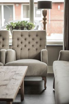 Fauteuil capiton landelijk interieur New England Homes, New Homes, Home And Living, Living Room, Small Living, Living Styles, French Decor, Occasional Chairs, Home Remodeling