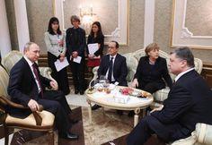 11日、ベラルーシのミンスク(Minsk)で会談する(前列左から)ロシアのプーチン大統領、フランスのオランド大統領、ドイツのメルケル首相、ウクライナのポロシェンコ大統領(タス=共同) ▼12Feb2015共同通信 ウクライナ停戦実現へ4首脳会談 和平協議難航か http://www.47news.jp/CN/201502/CN2015021201000932.html