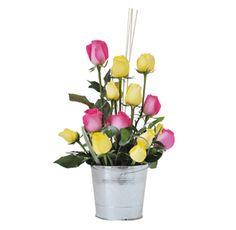 HAPPY - $86.000 [7 Rosas Fucsia y 7 Amarillas - Cintillas - Palitos mimbre Rusco - Balde decorativo metálico - Moño y Tarjeta] Plants, Hot Pink Roses, Wicker, Friendship, Floral Arrangements, Bias Tape, Plant, Planets