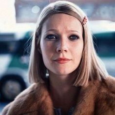 Gwyneth Paltrow as Margot Tenenbaum in The Royal Tenenbaums, a film by Wes Anderson. Os Excêntricos Tenenbaums, The Royal Tenenbaums, Gwyneth Paltrow, Wes Anderson Characters, Wes Anderson Movies, Long Bobs, Hallowen Costume, Last Minute Halloween Costumes, Costume Ideas
