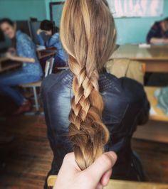 Колян гордится тем, что якобы сам заплёл, ну пусть порадуется мальчуган  #коса #длинныеволосы #изчетырех #longhair #plait #косища #длиннаякоса #русая #braid #рапунцель #hair #hairdo #прическа #напарах #такиживем #универ #силушкабогатырская #hairinspiration #мужицкаярука #rapunzel
