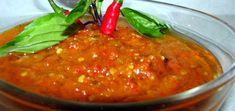 Rode Peperpasta  De saus wordt niet gekookt en is een eenvoudige puree van chilipepers, knoflook, zout, suiker en azijn.      Voorbereiding: 5 minuten  Kooktijd: 5 minuten  Voor: 1 portie Ingezonden door Koos Manders Gemakkelijk     Ingrediënten:  2 rode chilipepers  2 teentjes knoflook  1 lente-uitje (optioneel)  1 eetlepel rijstazijn  suiker  zout  (eventueel scheutje Vietnamese vissaus )    Bereiding:     Leg de pepers Salsa, Ethnic Recipes, Salsa Music
