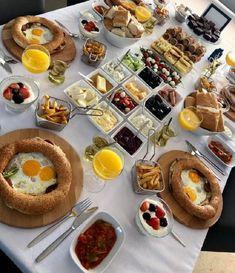 Breakfast Platter, Yogurt Breakfast, Savory Breakfast, Breakfast Dishes, Breakfast Recipes, Breakfast Waffles, Turkish Breakfast, Food Platters, Snacks