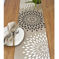 Graphic Zinnia Modern Linen Table Runner Natural by celineandkate Dining Table Cloth, Table Runner And Placemats, Table Runner Pattern, Table Runners, Burlap Crafts, Diy Home Crafts, Easy Crafts, Paper Crafts, Christmas Arts And Crafts