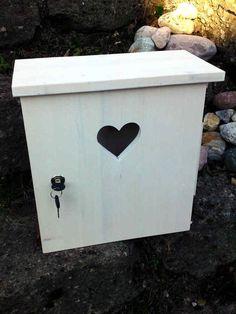 Dieser Briefkasten im Shabby-Look wird in liebevoller Handarbeit gefertigt.  Ein Hingugger für ihren Hauseingang.  Er ist aus 18mm Vollholz geleimt und gedübelt. Montageleisten (zur...
