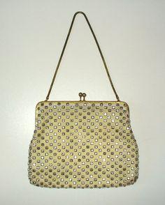 Superglamouröse kleine Vintage-Abendtasche aus feinem weissen Netzgewebe mit unzähligen, golden eingefassten Strass-Steinen; Taschenbügel und Trageket