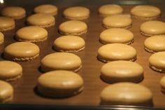 """Jokin aika sitten ostin ihanan kirjan """"Pariisilainen macaron-leivos"""". Siellä oli myös macaronkuorien ohje, joka on seuraavanlainen 1... Baking Cookies, No Bake Cookies, Macarons, Hamburger, Food And Drink, Bread, Brot, Macaroons, Baking"""