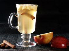 Aprenda a fazer o Quentão com maçã para passar esse São João! 1 1/2 xícaras de açúcar 1 1/2 xícara de água 50 g de gengibre cortado em fatias finas (1/4 de xícara) 3 limões cortados em rodelas 4 xícaras de pinga (aguardente de cana) 3 cravos da índia 2 pedaços pequenos de canela em pau Caramelize o açucar, depois junte todos os ingredientes menos a pinga e ferva mexendo até dissolver o açúcar. Junte a pinga e deixe ferver em fogo baixo por 3 minutos e está pronto para servir!!