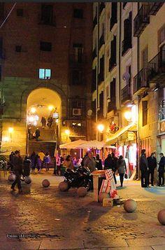 Animado ambiente nocturno en el Arco de Cuchilleros, Madrid