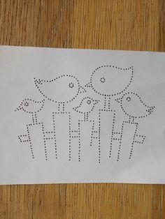 vijf vogels op een hek
