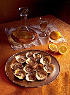 Mesa con plato de ostras...