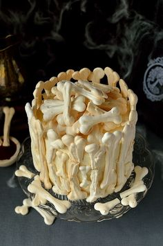Meringue Bone Palace Halloween Cake: Your guests will freak when they see this creepy cake. Click through to find more easy Halloween cake ideas for kids. All of your party guests will be delighted by these boo-tiful desserts. Halloween Desserts, Spooky Halloween Cakes, Bolo Halloween, Halloween Torte, Pasteles Halloween, Easy Halloween, Halloween Movies, Homemade Halloween Treats, Halloween Crafts