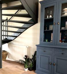 Deze mooie trap in huis was eerst wit. Nu is het echt een statement in huis, hij mag gezien worden. De kast ernaast is in een mooie blauwtint geverfd. De radiatoren zijn allemaal met de muurkleur meegeschilderd, wel zo rustig. Dit kan heel makkelijk met de verf van Painting the past. Wil je ook graag (kleur)advies, ik neem altijd grote stalen van de muurkleuren mee, dat kijkt veel makkelijker op de verschillende wanden. We moeten rekening houden met de lichtval, oa.  deskundig advies: STYLING22
