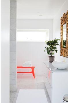 Red and white - Bloesem Style Rustique, Minimal Decor, Amazing Decor, Laundry In Bathroom, Contemporary Interior Design, Small Rooms, Small Spaces, Bathroom Inspiration, Interiores Design