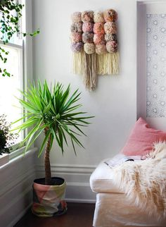 zimmer gestalten mit DIY Wanddeko, hängeblumentöpfen und dekokissen in hellrosa als akzent