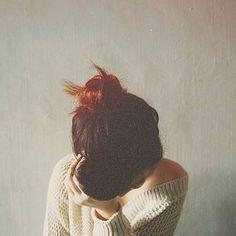 O problema é que, às vezes, você não quer acreditar nisso. Ninguém quer. E a prova é a sua admirável insistência e todas as vezes em que replaneja suas atitudes de modo a confirmar se, caso fizesse algo diferente, o resultado seria diferente. Faz tudo, mas tudo o que você faz parece não mudar nada. Este é você. Assim todos somos. E praticar o amor próprio é complicado. Um coração apaixonado não obedece comandos do cérebro. E o tempo para que tudo se esclareça varia de cada pessoa. Por isso…