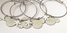 Mickey Mouse Thema Silber Bettelarmband - Animation Ideas - Make Up For Beginners Step By Step - Bangle Bracelets DIY - Hairstyles Wedding Guest - DIY Kitchen Projects Diy Jewelry Unique, Diy Jewelry Making, Handcrafted Jewelry, Bangle Bracelets With Charms, Ankle Bracelets, Bangles, Mickey Mouse, Silver Jewelry Cleaner, Diy Jewelry Holder