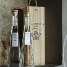 Per gli amanti dei #distillati la #grappa @CastleOfAngels #bottiglia di #design in elegante #cofanetto di #legno