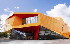 Il Teatro Agora risponde alla missione di recuperare le città olandesi del dopoguerra concentrandosi sulla funzione archetipica di un teatro