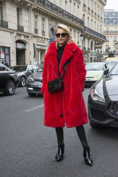 Faux fur coats are super trendy and chic for winter fashion. We share our best faux fur coat outfit ideas you can wear to look fierce this winter. Red Faux Fur Coat, Red Fur, Red Coat Outfit, Fall Winter Outfits, Winter Fashion, Mode Mantel, Winter Wardrobe, Coats For Women, How To Wear