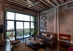 Exposed duct pipes and lovely brick walls are a staple in the industrial living room [Design: Reiko Feng Shui Design] Feng Shui Interior Design, Urban Interior Design, Industrial Interior Design, Industrial Interiors, Urban Design, Industrial Decorating, Brick Interior, Modern Interior, Modern Decor