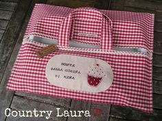 Country Laura: CREAZIONI VARIE Sewing Projects For Beginners, Projects To Try, Pie Carrier, Casserole Carrier, Diy Sac, Diy Handbag, Patchwork Bags, Leather Pieces, Hot Pads