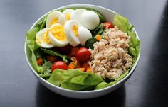 Plato de atún con huevo y verduras