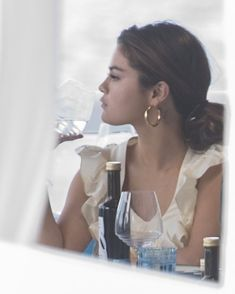 Selena drinking wine on the water in Italy is a whole MOOD 🍷 Selena Gomez Fashion, Selena Gomez Fotos, Estilo Selena Gomez, Selena Gomez Style, Alex Russo, Beautiful Girlfriend, Marie Gomez, Beautiful Person, Hollywood Celebrities