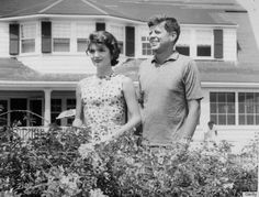 JFK and Jackie Kennedy in Hyannis Port. Jacqueline Kennedy Onassis, John Kennedy, Les Kennedy, Kennedy Town, Jaqueline Kennedy, Farah Diba, John John, Victoria Beckham Engagement Ring, Die Kennedys
