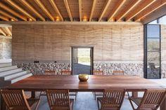 maison-écologique murs pisé pierre naturelle plafond bois recyclé