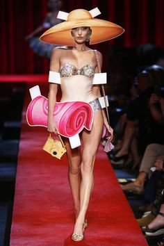 Moschino Milano - Spring Summer 2017 Ready-To-Wear - Shows - Vogue. Pop Art Fashion, Weird Fashion, Fashion Week, Fashion 2017, Runway Fashion, Fashion Show, Fashion Design, Fashion Milan, Moschino