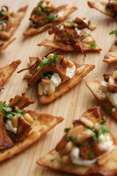 Friterat tunnbröd med Crème Bonjour kantarell, Västerbottensost och rostade pinjenötter