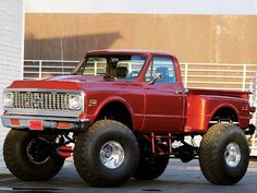Classic lifted Chevy stepside. Omg i would drive this like i stole it!