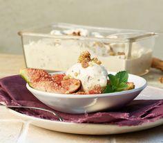 Dieses Dessert vereint mit Feigen und Baumnüssen gleich zwei herbstliche Zutaten. Fabulous Foods, Deserts, Food And Drink, Ice Cream, Pudding, Yummy Food, Sweets, Cooking, Ethnic Recipes