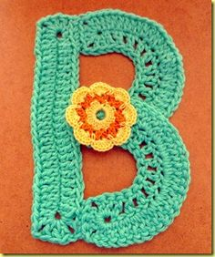 letters haken - crocheting letters: Google translates this site from Dutch to English... but poorly. I think I got the gist of it. Cute baby decorations!!