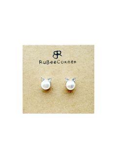 Ein paar niedliche kleine Katze Perle Ohrringe, Abmessungen 6 mm x 8 mm. Jeder Ohrring kommt mit einem Schmetterling Ohrring Stopper. ♥ Perfekte Größe zu tragen jeden Tag und für jeden Anlass, wie eine lässige hängen mit Mädchen, einen Spaziergang im Park mit Ihrem Haustier oder einen romantischen Abend. Spezifikation: Perlen Größe: 6mm Katze Größe: 6 mm x 8 mm (W x H) Material: 925 Silber vergoldet Jedes Paar Ohrringe kommt mit einem Samtbeutel (Farbe kann variieren) und einer…