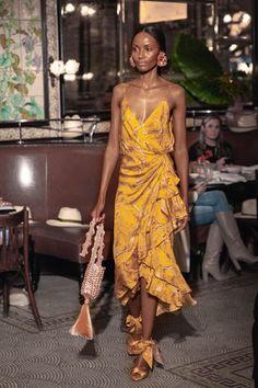 d97c36864 Johanna Ortiz Resort 2019 New York Collection - Vogue Vestidos Amarillos  Largos