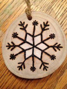 Rustic Snowflake wood burned Christmas ornament – natural wood - My CMS Christmas Crafts For Gifts, Christmas Deco, Diy Christmas Ornaments, Rustic Christmas, Christmas Projects, Christmas Patterns, Wood Slice Crafts, Wood Burning Crafts, Wood Burning Patterns