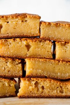 Hawaiian Butter Mochi is a sweet, chewy, stretchy dessert that's so yummy! This is the healthier version of the classic Hawaiian dessert. It's The best! Hawaiin Food, Hawaiian Desserts, Asian Desserts, Hawaiian Recipes, Japanese Desserts, Gourmet Desserts, Plated Desserts, Easy Asian Recipes, Easy Cake Recipes