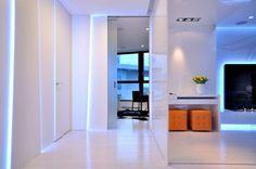 lichteffekte blau weiße wände modernen wohnung