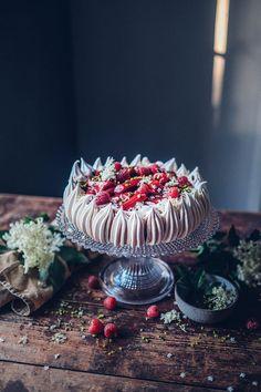 Pavlova Cake, Mini Pavlova, Pavlova Recipe, Kitchen Recipes, Gourmet Recipes, Gourmet Foods, Rhubarb Juice, Amazing Food Photography, Fancy Desserts
